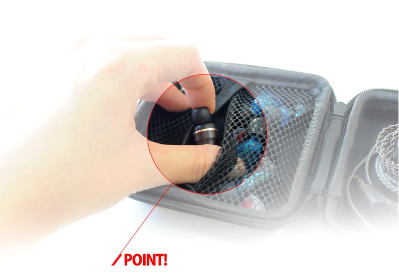 ポイント一!メッシュポケット部分は蓋をするようにメッシュを追加することで、イヤピースなどが飛び出さないように改良を加えています。